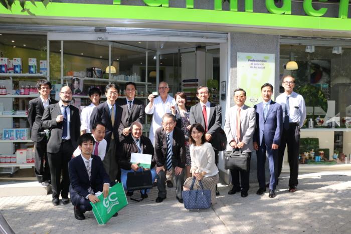 Una delegación japonesa visita una oficina de farmacia sevillana para conocer la receta electrónica y sus posibilidades en el desarrollo una farmacia asistencial y de servicios