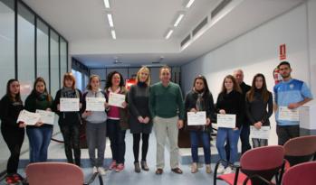 El Ayuntamiento de Valencina entrega ayudas al estudio a cerca de una veintena de personas