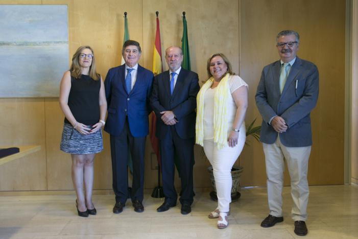 El presidente de la Diputación de Sevilla reconoce la labor de las más de 400 farmacias de los pueblos
