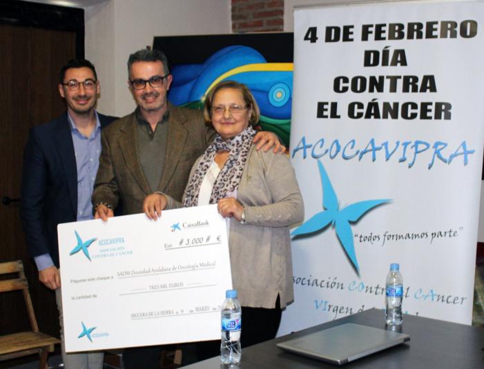 La asociación onubense ACOCAVIPRA aporta un donativo de 3.000 euros a la Sociedad Andaluza de Oncología Médica para fomentar la investigación sobre el cáncer