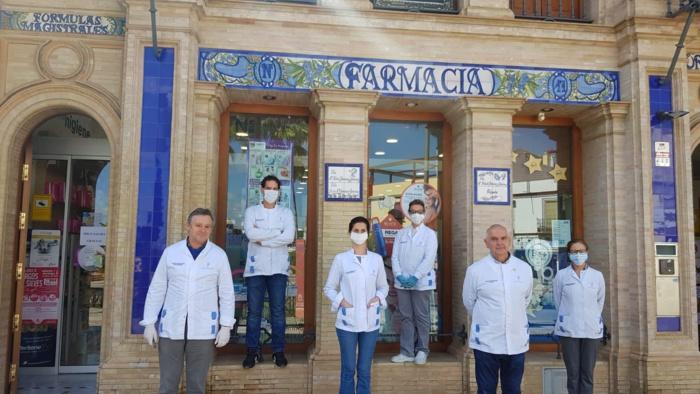 Minuto de silencio en las farmacias sevillanas por los ocho compañeros fallecidos en toda España por COVID-19