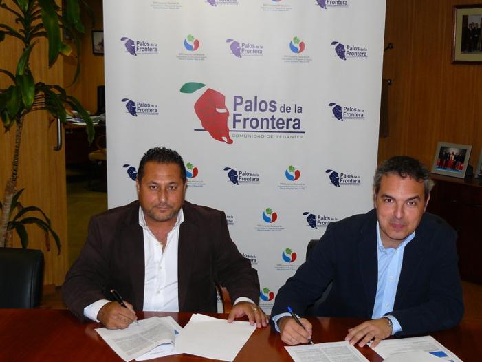 A la izquierda, José Antonio Garrido, presidente de la Comunidad de Regantes Palos de la Frontera; a la derecha, Manuel Raigada, director de Desarrollo de Negocio de Energía Plus.