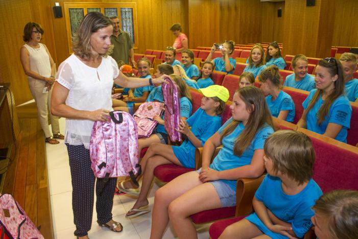 Los farmacéuticos onubenses entregan lotes de material sanitario y escolar a menores bielorrusos afectados por la radiación de Chernobyl que pasan sus vacaciones en Huelva