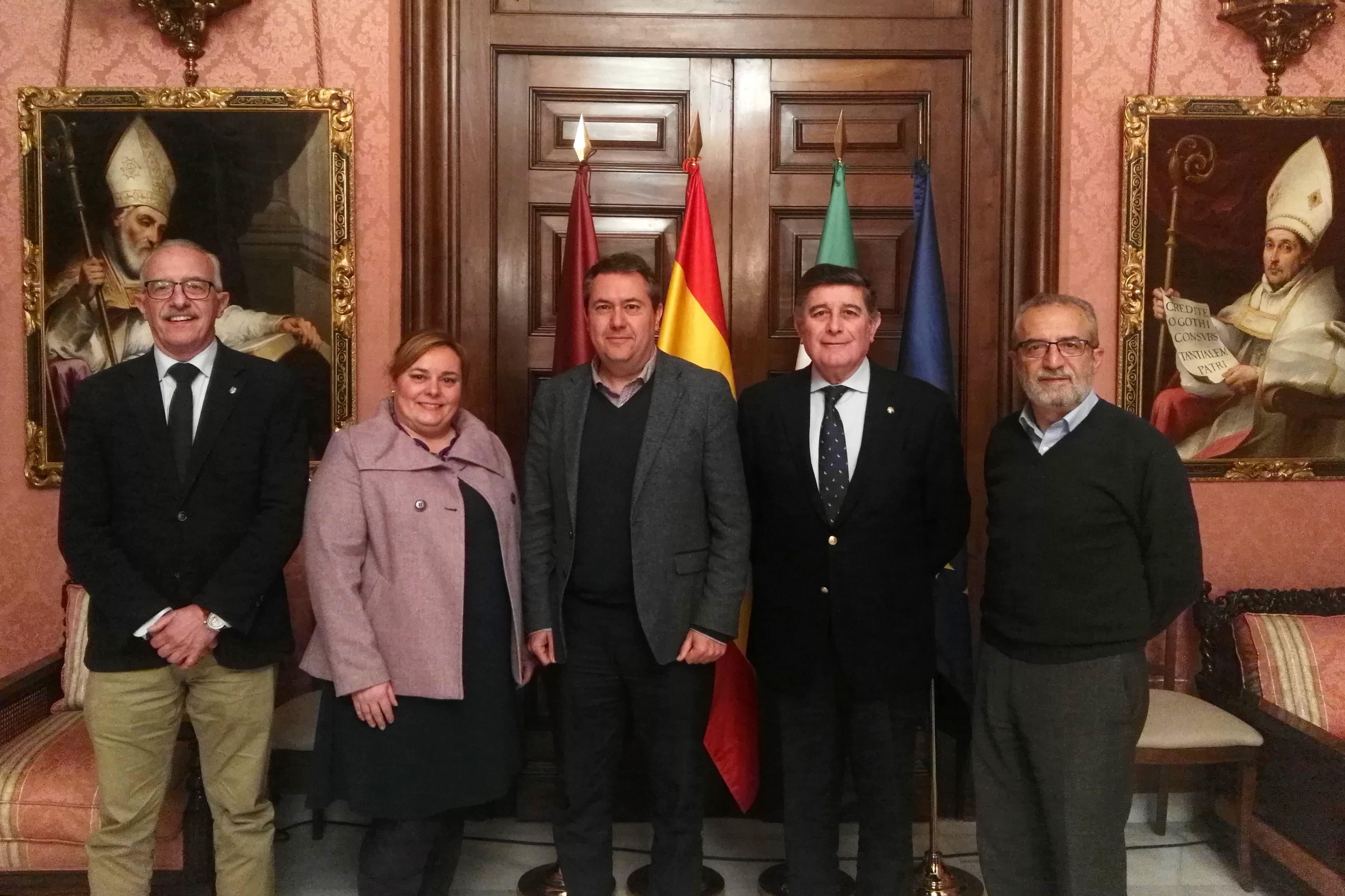 El Colegio de Farmacéuticos presenta al alcalde el congreso internacional de enfermedades raras de 2019 y el encuentro mundial de farmacéuticos de 2020 que tendrán lugar en Sevilla