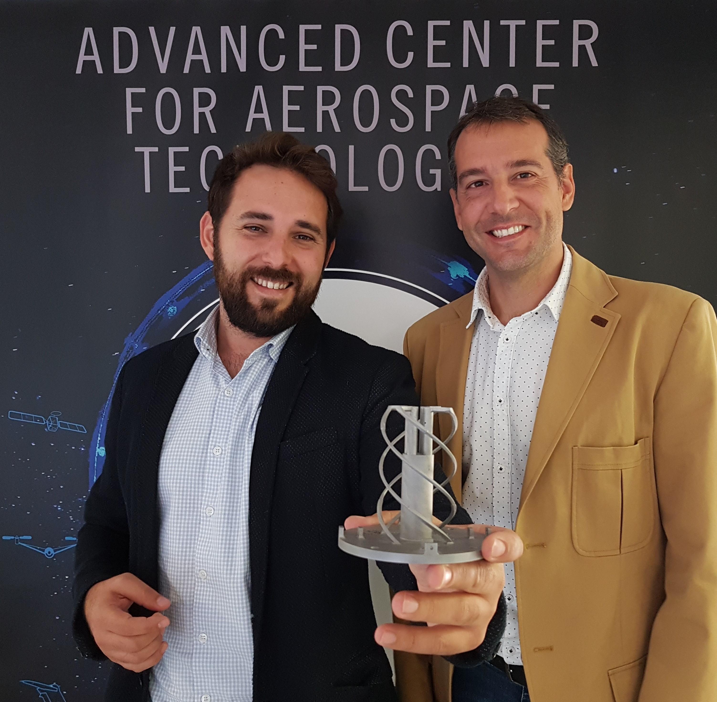 Carlos Galleguillos  (Ingeniero de la unidad de Fabricación Aditiva) y Fernando Lasagni (Director Técnico – Materiales & Procesos) de CATEC