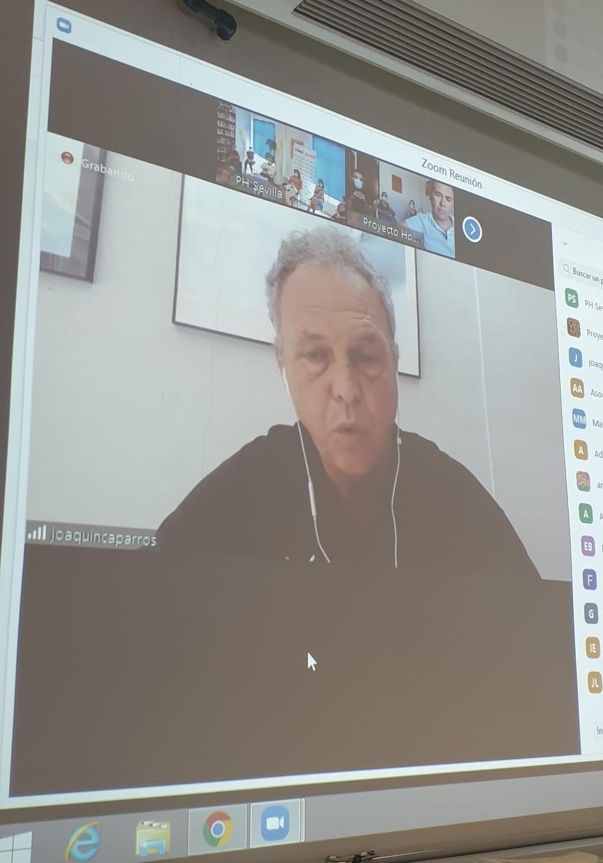 El entrenador de fútbol Joaquín Caparrós imparte una charla sobre motivación a los profesionales andaluces de Proyecto Hombre