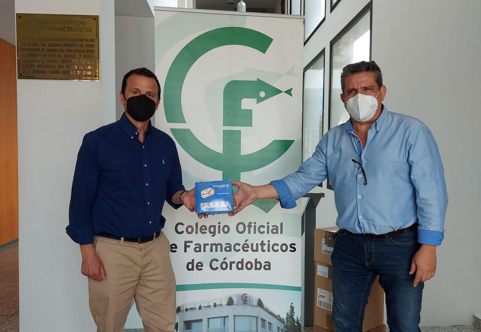 El Colegio de Farmacéuticos de Córdoba entrega medio millar de mascarillas FFP2 y 10 litros de gel hidroalcohólico a la Red Española de Madres y Padres Solidarios
