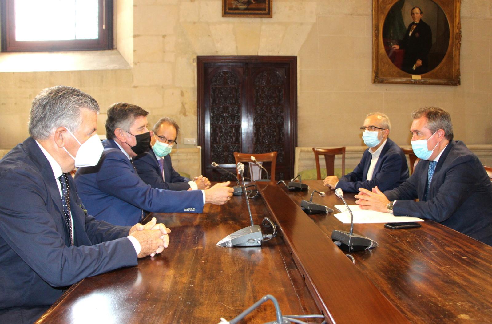 El Colegio de Farmacéuticos aborda con el alcalde de Sevilla las próximas citas mundiales de la profesión que acogerá la ciudad y el papel de los farmacéuticos en la pandemia