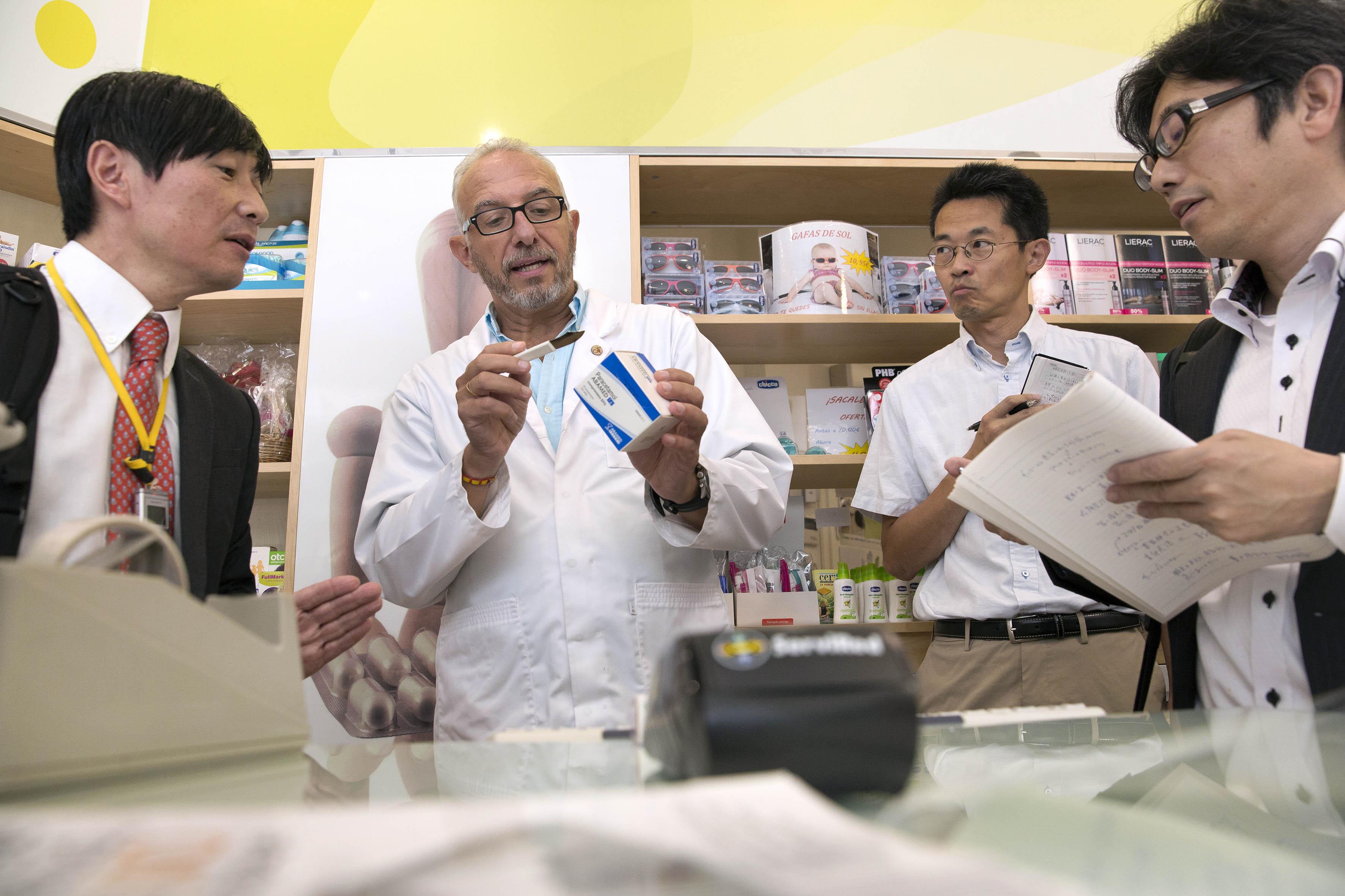 Una delegación japonesa visita una oficina de farmacia sevillana para conocer los beneficios del sistema de dispensación de medicamentos mediante receta electrónica